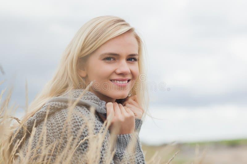 Sluit omhoog zijaanzichtportret van een leuke glimlachende jonge vrouw stock fotografie