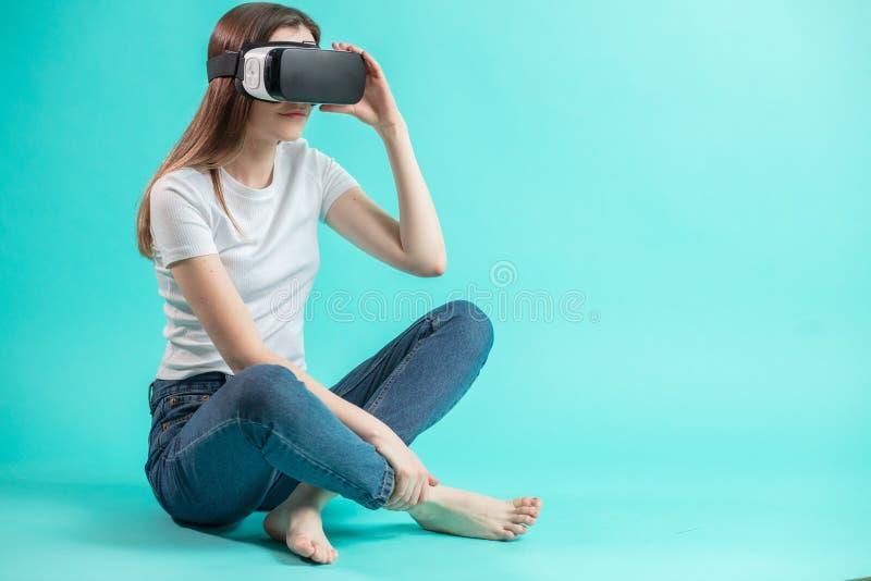 Sluit omhoog zijaanzichtportret van jonge vrouw in VR-glazen royalty-vrije stock foto's