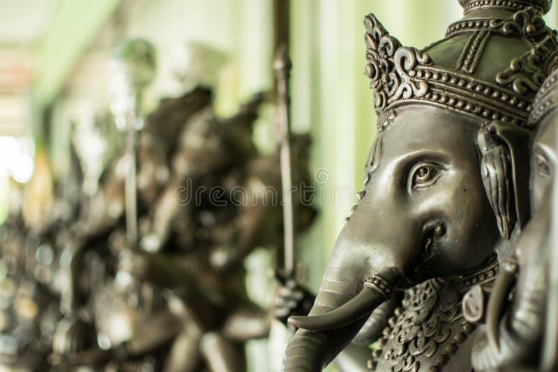 Sluit omhoog zwart Ganesha-standbeeld en de grijze textuur ganesh is Hindoes g stock afbeelding