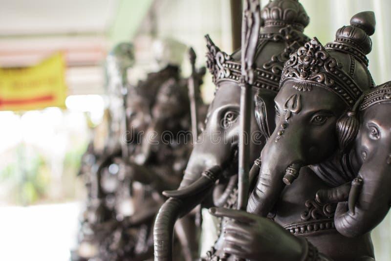 Sluit omhoog zwart Ganesha-standbeeld en de grijze textuur ganesh is Hindoes g royalty-vrije stock afbeeldingen