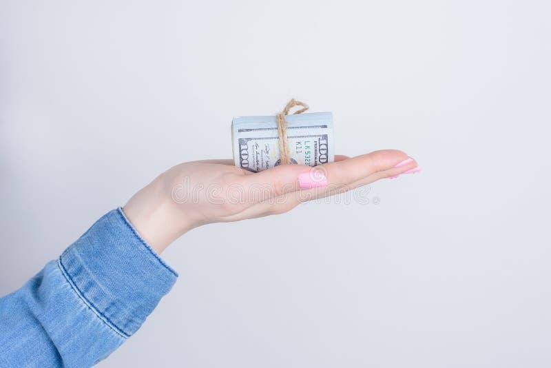 Sluit opgedoken foto van een stapelpartij veel geld liggend op ondernemers professionele slimme chef- palm ge?soleerde grijze ach royalty-vrije stock fotografie