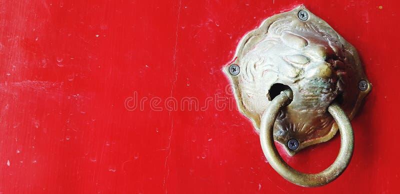 Sluit oude leeuwenkoppendeur op een rode houten deur in Chinese stijl bij tempel met kopieerruimte royalty-vrije stock afbeeldingen