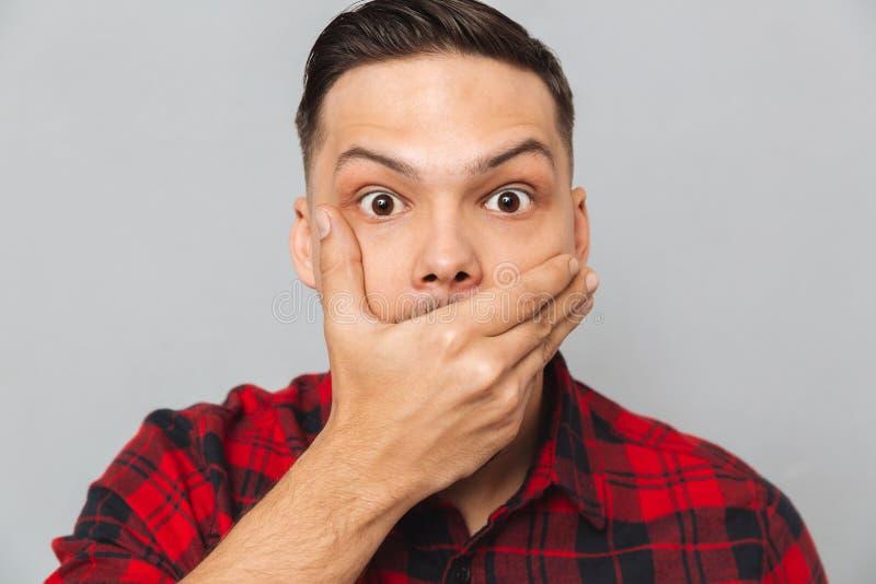Sluit portret die van de Geschokte mens zijn mond omhoog behandelen stock afbeelding