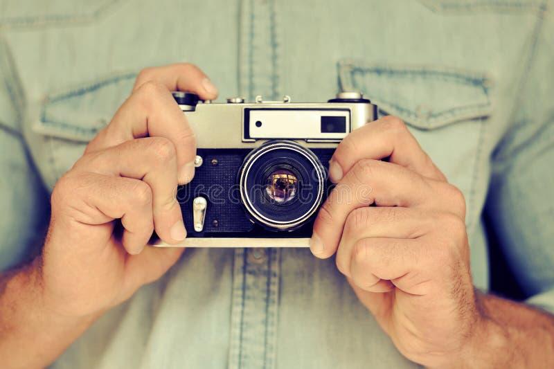 Sluit portret die van man handen uitstekende camera omhoog houden royalty-vrije stock afbeeldingen