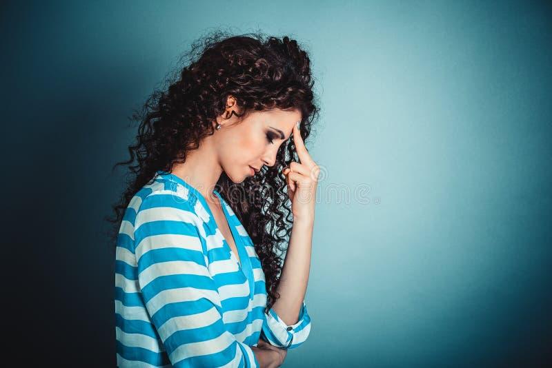 Sluit portret omhoog ongelukkige beklemtoonde droevige eenzame jonge vrouw royalty-vrije stock foto