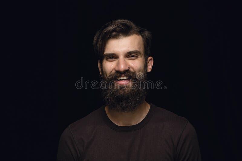 Sluit portret van de jonge die mens op zwarte studioachtergrond omhoog wordt geïsoleerd stock foto's