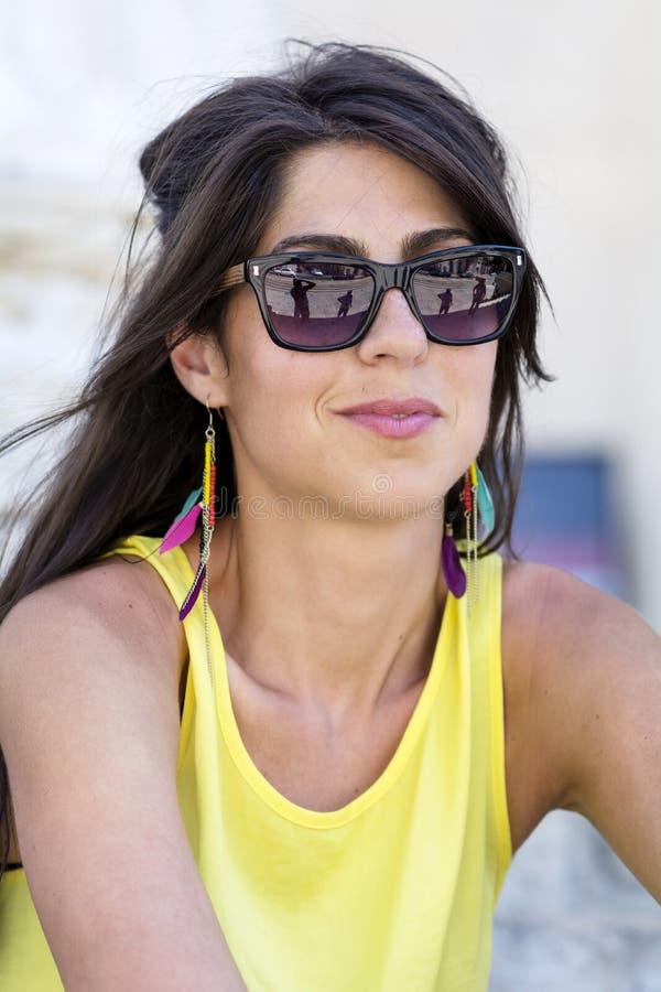 Sluit portret van de manier omhoog het mooie vrouw dragend zonnebril royalty-vrije stock afbeeldingen