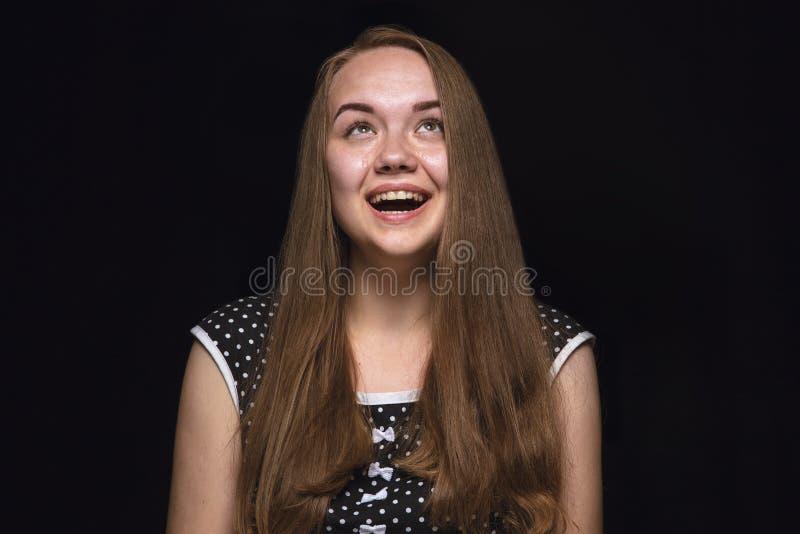Sluit portret van jonge die vrouw op zwarte studioachtergrond omhoog wordt geïsoleerd stock afbeelding