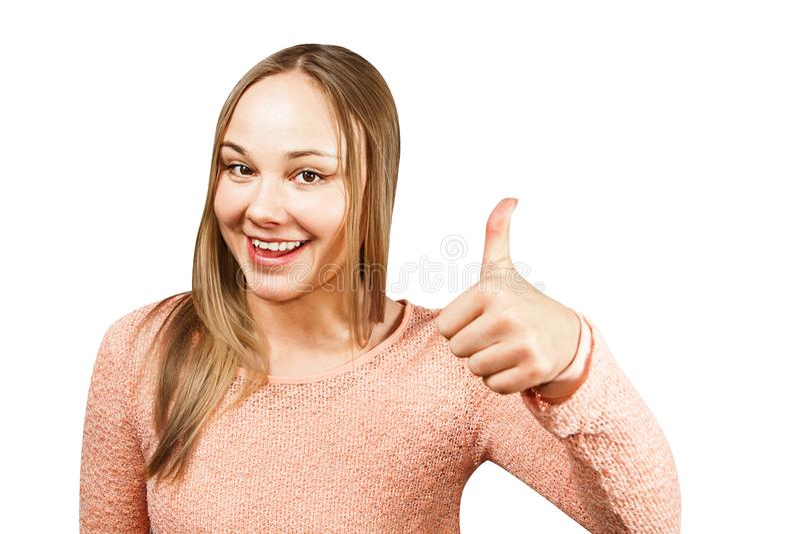 Sluit portret van mooie glimlachende jonge vrouw in een beige overhemd die en duim tonen eruit zien die, op een witte achtergrond stock fotografie