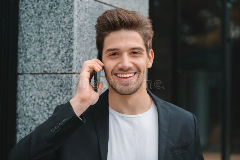 Sluit portret van zakenman hebben omhoog gesprek gebruikend mobiele telefoon De bedrijfskerel in formeel kostuum spreekt graag me stock afbeelding