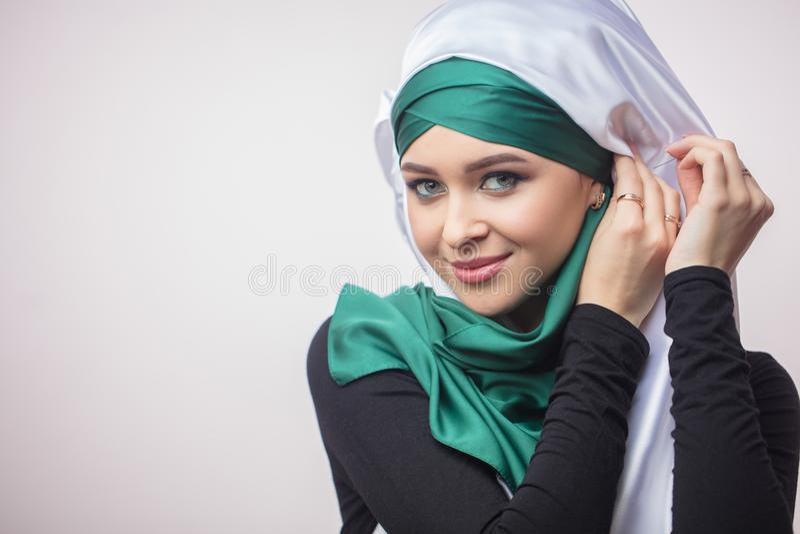 Sluit portretod omhoog het mooie Moslimmeisje tonen hoe te om een headscarf te binden royalty-vrije stock afbeelding