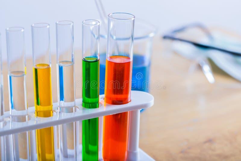 Sluit reageerbuis omhoog medisch glaswerk op laboratorium royalty-vrije stock foto's
