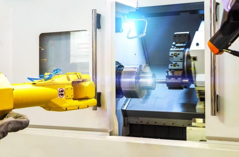 Sluit robot indient omhoog malen borend metaalbewerkend proces, mechanisch het draaien metaal die, Industriële metaal het werk we stock afbeelding
