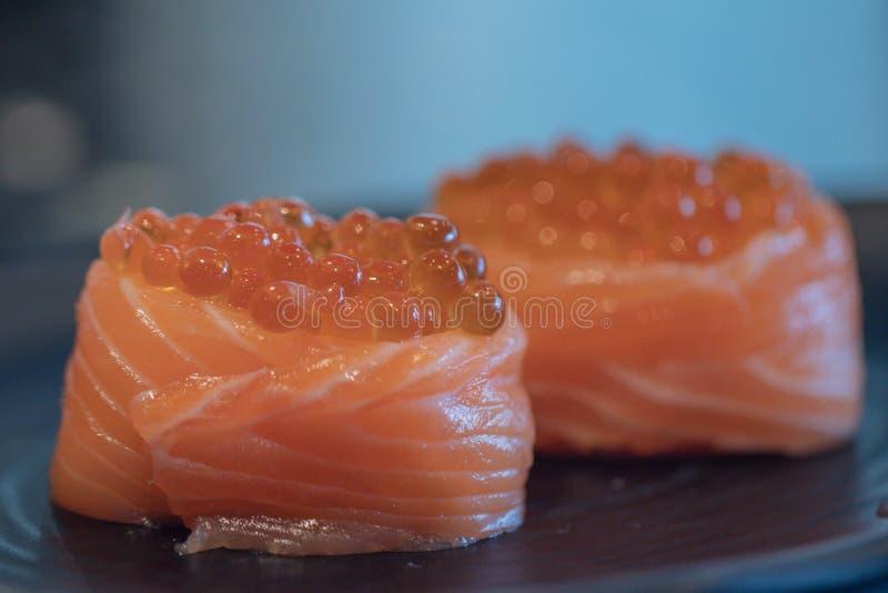 Sluit Salmon Ikura Gunkan-omhoog sushi Een populair Japans die voedsel van de basisingredi?nten met rijstzeewier gecombineerd wor royalty-vrije stock afbeelding