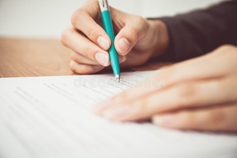 Sluit schot van een menselijk hand het schrijven contract stock fotografie