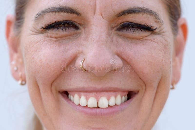 Sluit studio omhoog geschoten portret van een gelukkige vrouw op middelbare leeftijd stock foto