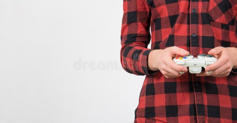 Sluit tienerjongen af door videospelletjes te spelen met een joystick-console die is geïsoleerd over een witte achtergrond met ko stock afbeeldingen