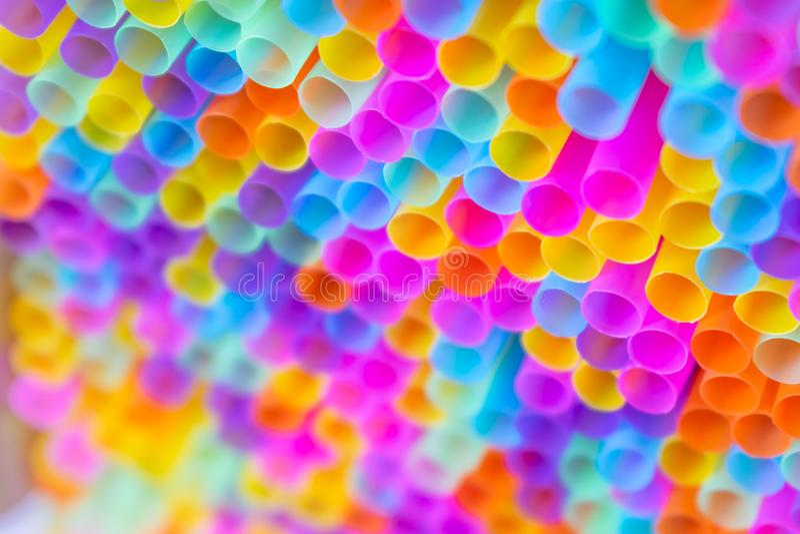 Sluit tot achtergrond van het overvloeds de kleurrijke stro royalty-vrije stock afbeelding