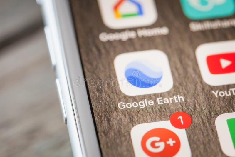 Sluit tot Google Earth app op iPhone 7 het scherm royalty-vrije stock afbeeldingen