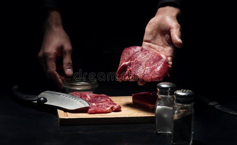 Sluit van bemant omhoog handen houdend gehakt vlees royalty-vrije stock foto's