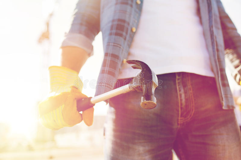 Sluit van bouwer indienen omhoog de hamer van de handschoenholding stock afbeeldingen