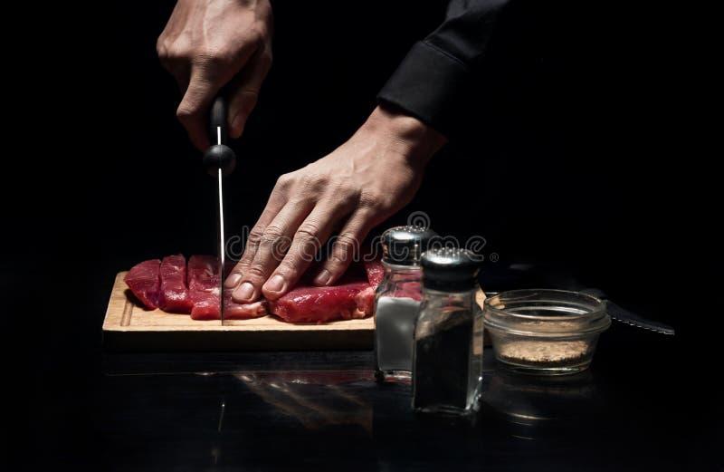 Sluit van chef-koks overhandigt omhoog hakkend vlees stock afbeeldingen