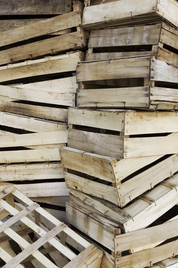 Sluit van cratesin van het pijnboomhout omhoog een marktplaats royalty-vrije stock foto's
