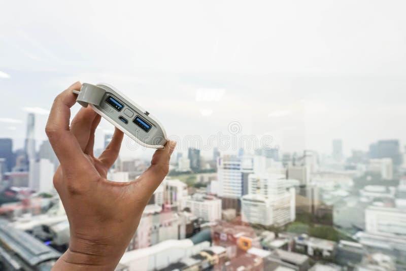 Sluit van de de machtsbank van de vrouwengreep omhoog de leveringsenergie aan mobiele telefoon stock afbeeldingen
