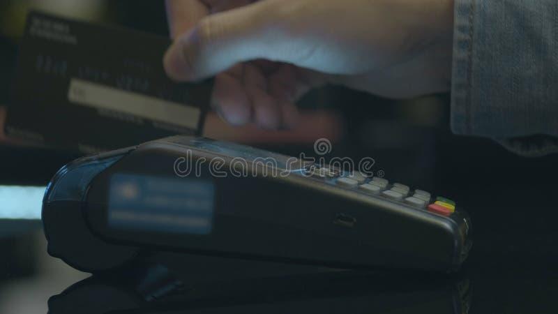 Sluit van de het gebruikscreditcard van de handmens van de de opslagmachine omhoog eind de handhandel het winkelen geldtechnologi stock afbeelding