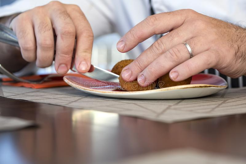 Sluit van een mannetje overhandigt omhoog scherp voedsel met mes royalty-vrije stock foto's