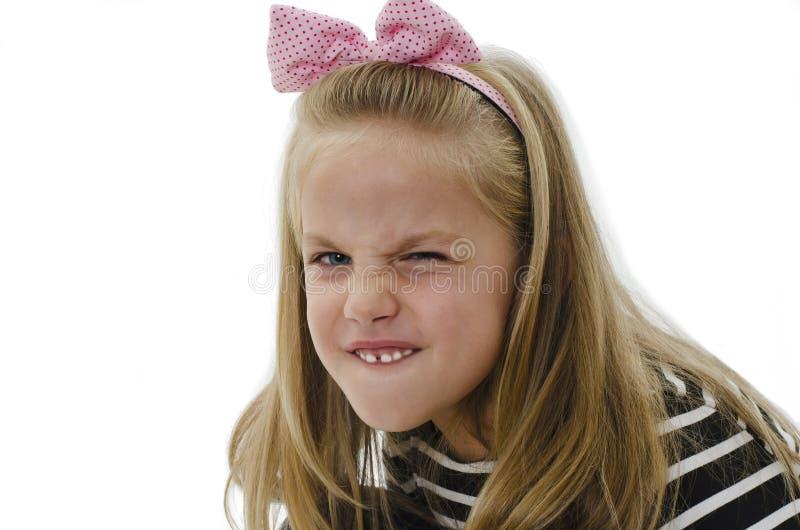 Sluit van een portretmeisje toont haar doorploegde brow en irriteerde frown royalty-vrije stock foto