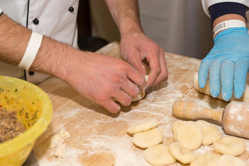 Sluit van koks die werken aan floured omhoog oppervlakte stock foto's