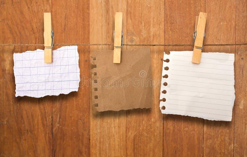 Sluit van omhoog nota's en wasknijpers royalty-vrije stock afbeeldingen