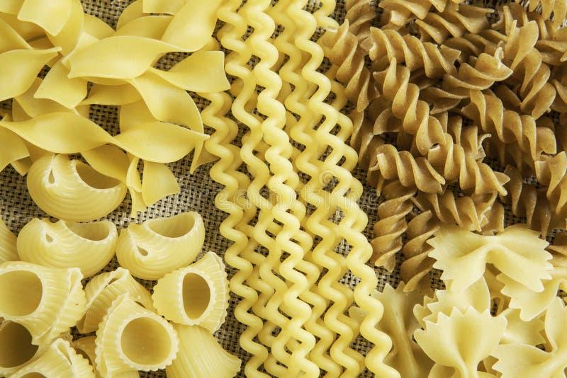 Sluit van ongekookte macaroni stock fotografie