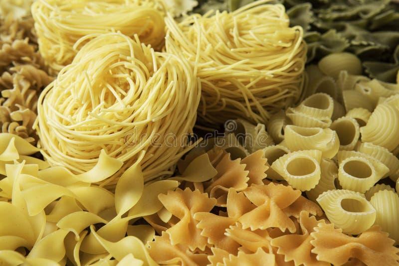 Sluit van ongekookte macaroni royalty-vrije stock fotografie