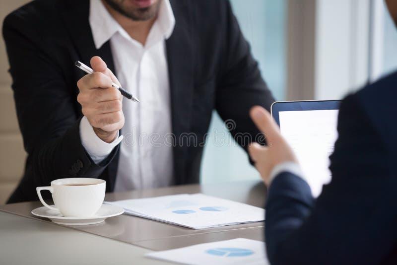 Sluit van partners bespreken omhoog statistieken die verkoop analyseren stock afbeeldingen