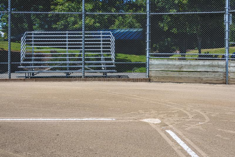 Sluit van vers chalked omhoog basislijn die tot huisplaat leiden, met ondersteun en bleachers, leeg honkbalveld op een zonnige da royalty-vrije stock afbeeldingen