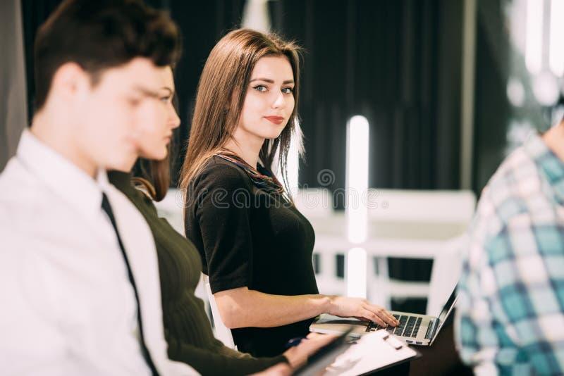 Sluit van vrouw maken omhoog bericht in laptop bij presentatie op vergadering van bureau het teambuilding stock afbeelding