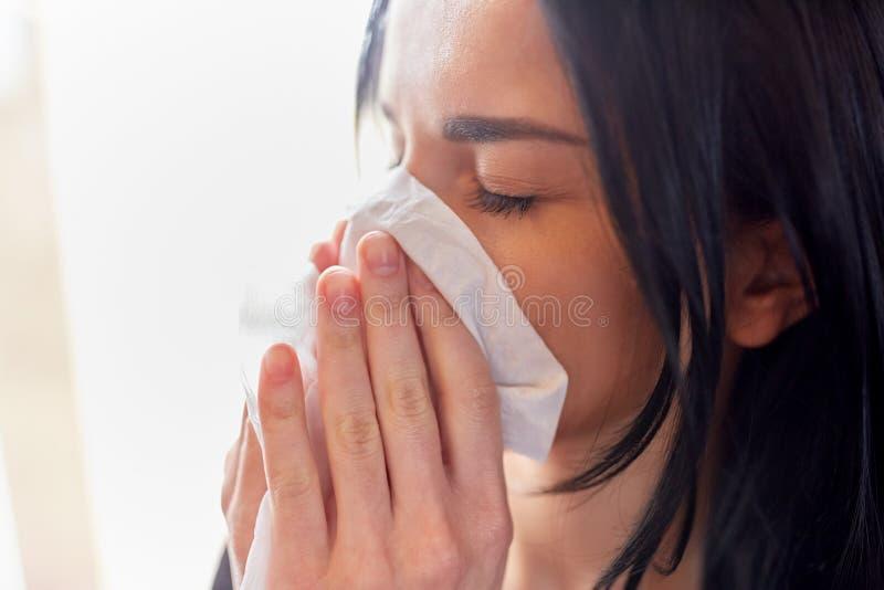 Sluit van vrouw met afvegen omhoog blazende neus of het schreeuwen stock afbeelding