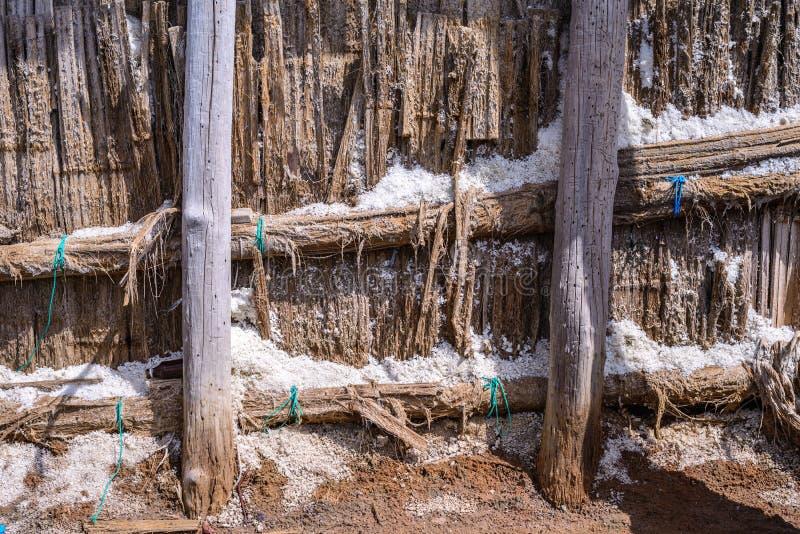 Sluit van zoute loods voor verzamelen omhoog droog zout van zout stock afbeelding