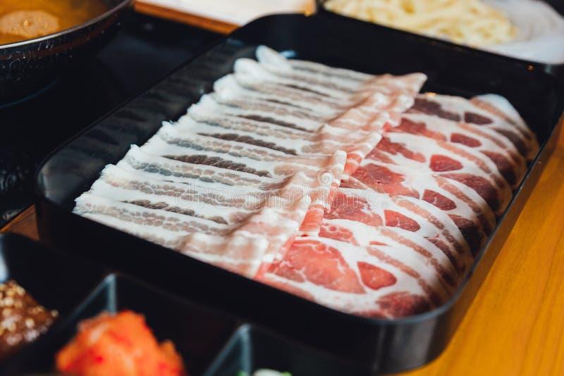 Sluit varkensvlees van Kurobuta van Premie omhoog het Zeldzame Plakken met hoog-marmertextuur op zwarte rechthoekplaat die voor S stock fotografie