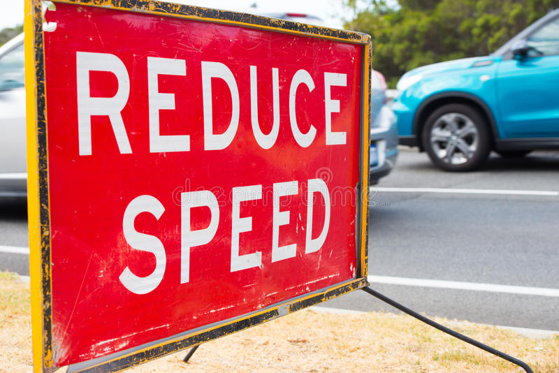 Sluit verminderen omhoog de waarschuwing van snelheidsverkeersteken stock foto