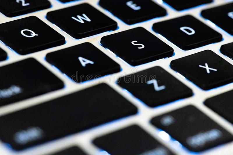 sluit vlakke toetsenbordlaptop voor vervoeren en uitputten Internet voor mededeling drukknop voor inputgegevens in toetsenbord ov royalty-vrije stock afbeeldingen