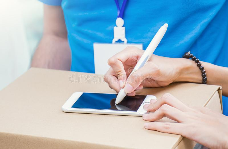 Sluit vrouwenhand het toevoegen ontvangen omhoog tekenhandtekening na het goedkeuren van een levering royalty-vrije stock afbeelding