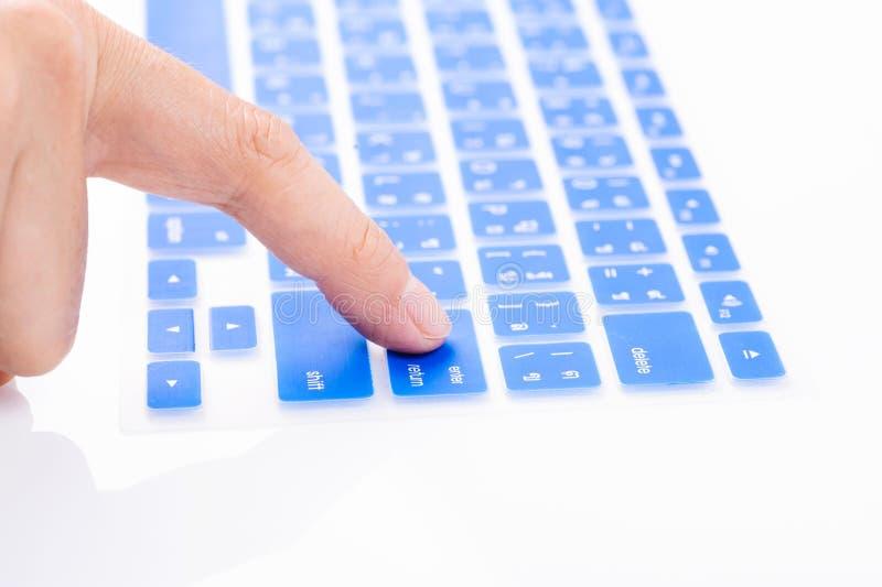 Sluit vrouwenvinger ingaan dekking van het knoop omhoog de blauwe toetsenbord stock afbeeldingen