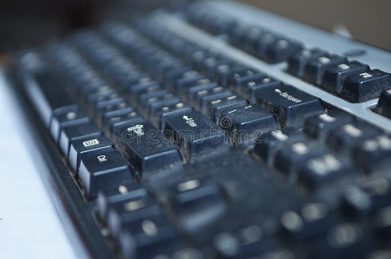 Sluit vuil toetsenbord, omhoog onhygiënisch materiaal in huis of bureau stock afbeelding