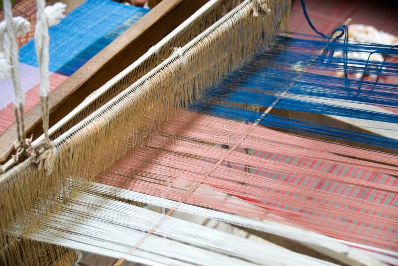 Sluit Weefgetouw omhoog wevende zijde in Thailand stock foto's