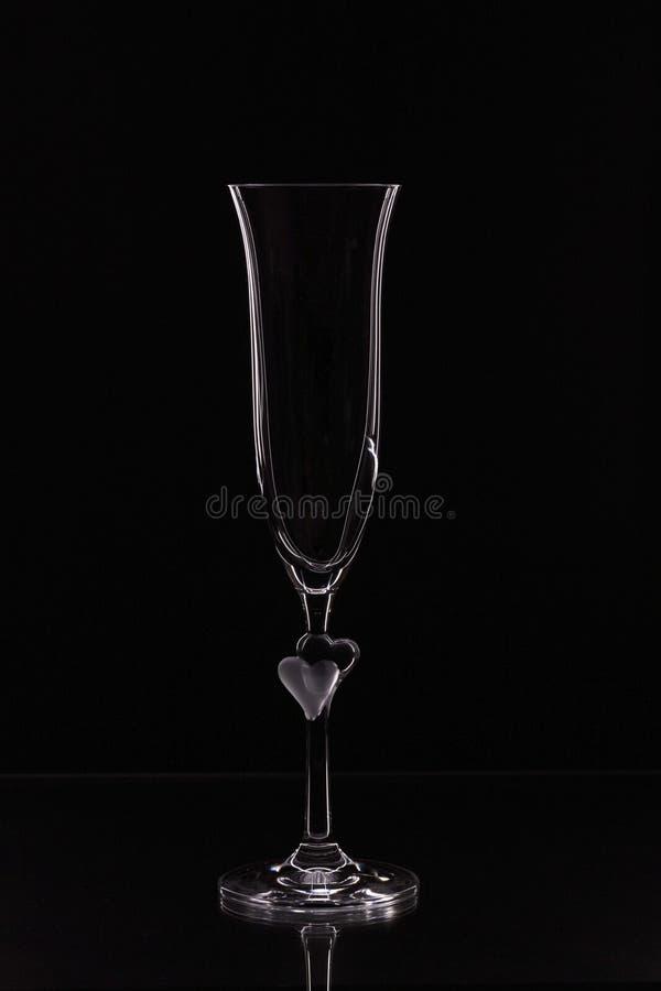 Sluit zicht op contour van een mooi glas met fijne randen geïsoleerd op een zwarte achtergrond royalty-vrije stock foto