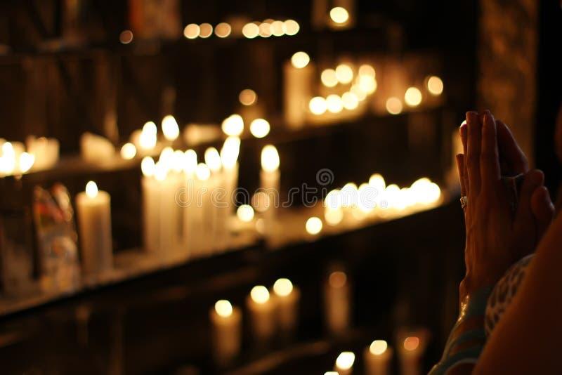 Sluiten Foto van Persoon die in de kaarsen met de voorkant van de Lijn presteert royalty-vrije stock foto