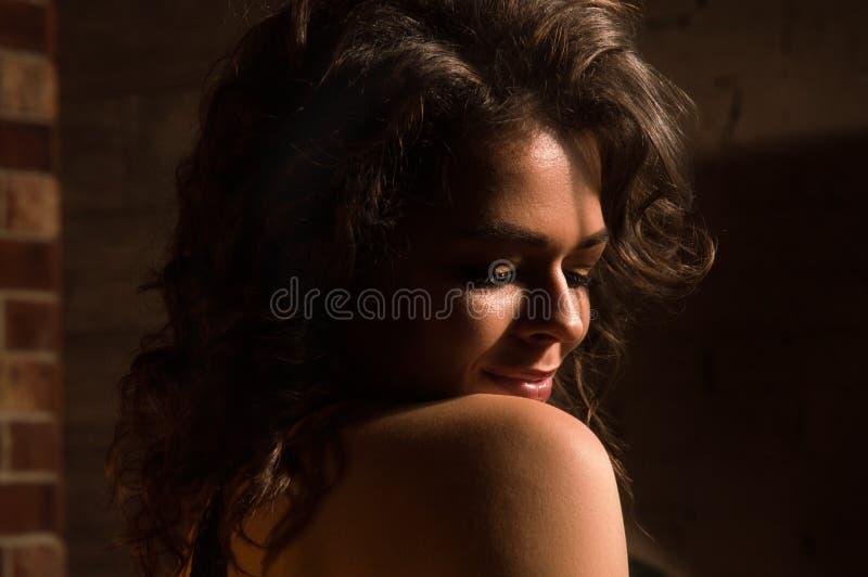 Sluiten Loft, lage sleutel Portret van sensual pin-up girl met een naakte, afgeronde schouder stock foto's
